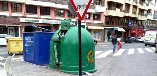 Los contenedores dificultan la visibilidad en los pasos de cebra en Calahorra